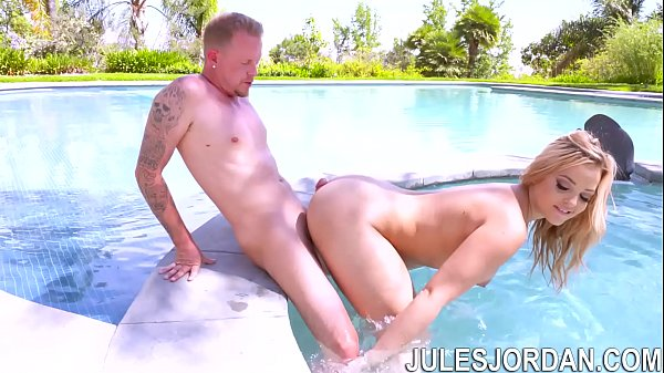 Alexis Texas fodendo gostoso de quatro dentro da piscina