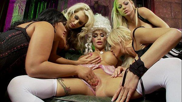 Mulheres lesbicas se pegando no sofá