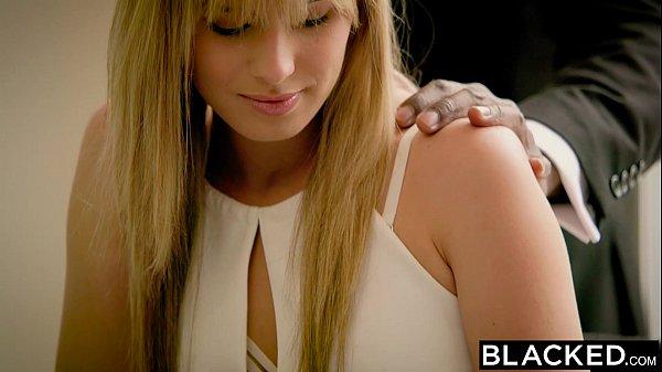 Negão massageando a Jillian Janson antes de passar a pingola preta nela