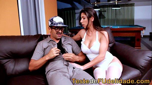 Redetube brasileira gostosa chupando e sentando na piroca do mecânico