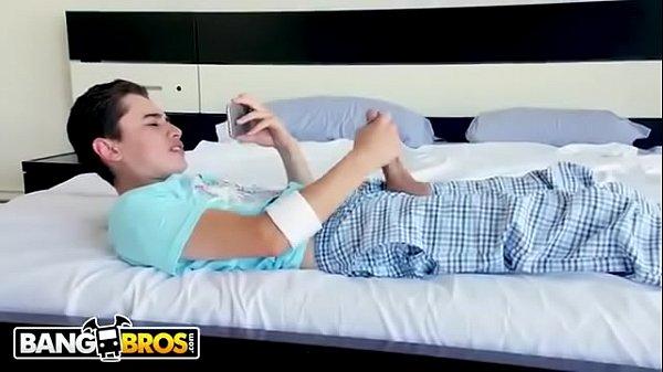 Video pornos jovem é pego pela madrasta gostosa tocando punheta em cima da cama