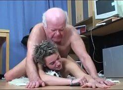 Porno doido velho de oitenta anos de idade comendo neta putinha na rua
