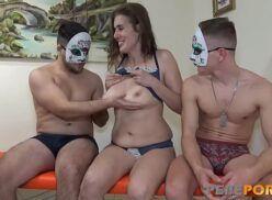 Baixar porno jovens mascarados fazendo suruba com coroa gostosa