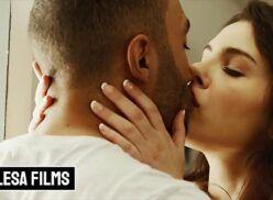 Porno xvideos casal fazendo um sexo com amor em cima do sofá mesmo