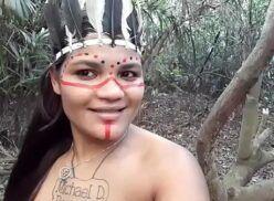 Sexo brasileiro tigresa vestida de Índia fazendo sexo anal e oral no mato
