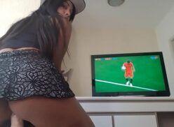 Xx Videos gostosa assistindo jogo de futebol e sentando na piroca de borracha