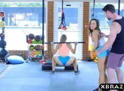 Academia xvideos personal trainer fodendo com duas alunas gostosas