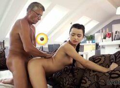 Porno velho traçando sua netinha safada quando ela fica de quatro