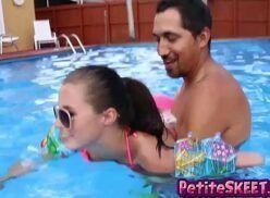 Videos de incesto real safadão comendo priminha gostosa na piscina