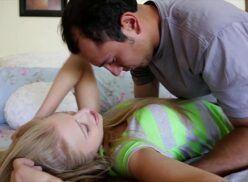 Videos incesto novinha loirinha bem gostosa transando com titio