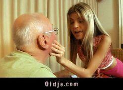 Avô com neta loirinha chupando pau do velho e dando cuzinho pra ele