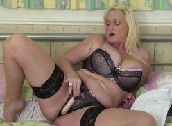 Porno solo loirona coroa bem gostosa e safada praticando belo sexo