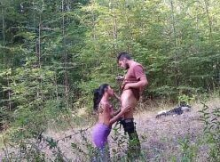 Sexo oral morena gostosa fazendo boquete no meio do mato