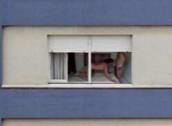 Vídeo pornô – Vizinha é flagrada dando pro macho com a janela aberta
