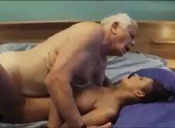 Avô comendo a neta putinha que adora ganhar dinheiro do velho
