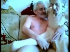 Avos no sexo caseiro em cima do sofá