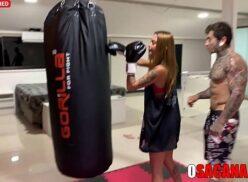 Boxeadora gostosa faz boquete bom depois do treino