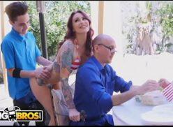 Porno ao vivo com Juan El Caballo Loco comendo sua prima atrás do pai dela
