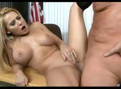 Redrube loira linda mama o cacete e da pro patrão no escritório do sexo