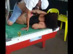 Sexo em lugares publicos vadia dando buceta em cima da sinuca no bar dos amigos