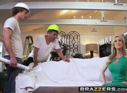 Brandi Love's fazendo suruba com dois pedreiros que estavam reformando sua casa