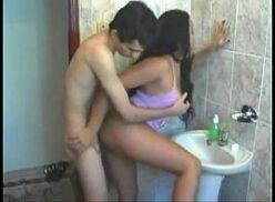 Caiu na net novinha gostosa dando em pé pro macho no banheiro