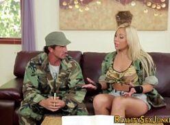Porno soldados do exército fodendo com putinha no alojamento