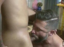 Xvídeos de homem barbudo safado entrando na rola do amigo