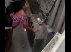 Porno caiu na net com crente safada é flagrada traindo marido no meio da rua