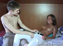 Porno com namorada safada fazendo boquete e dando bucetinha lisa