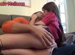Vídeo de sexo com novinha safada e gostosa mamando e dando buceta lisinha