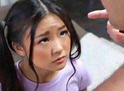 Video de sexo oral com linda novinha asiática