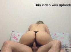 Vídeo porno com loira gostosa se exibindo de calcinha e sutiã