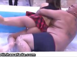 Alessandra Prado gostosa na banheira do programa de tv deixando gordinho de pau duro