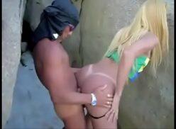 Marmanjo comendo cuzinho da transexual loirinha rabuda