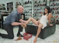 Pornos com linda cliente safadinha que deu em cima do vendedor e fodeu com ele na loja de sapatos