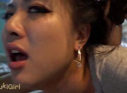 Video sexo chinesa gemendo bem gostosinho nessa boa foda caseira