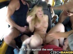 Loira gostosa praticando sexo grupal dentro do ônibus