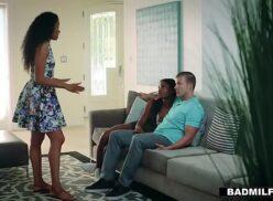 Redt tube mãe resolve ensinar boas maneiras para sua filha e seu namorado