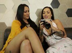 2 mulheres transando no estúdio