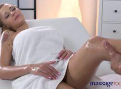 Massagem porno alisou a gostosa e depois comeu
