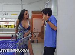 Porno samba Luna Star fudendo com novinho bem dotado dentro do supermercado