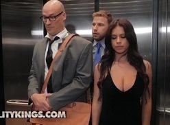 Sexo explicito dentro do elevador com a gostosona