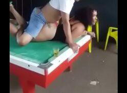 Videos de putaria comendo a puta em cima da sinuca no bar