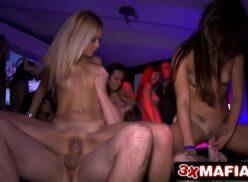 Orgia sexo várias putas na suruba