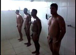 Homens nus se pegando