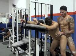 Homens pelados transando dentro de uma academia