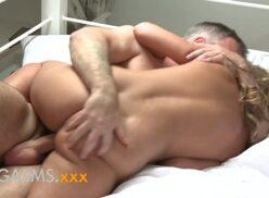 Vídeo de pornô da loira deliciosa metendo com um coroa